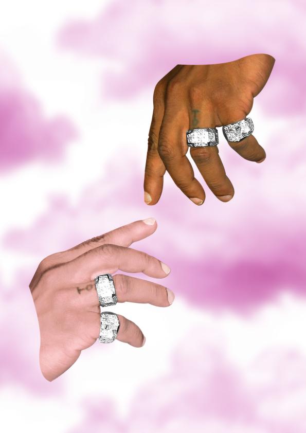 Eine schwarze und eine weiße Hand berühren sich fast, im Hintergrund rosafarbene Wolken.