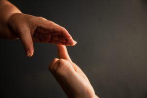 In Großaufnahme zeigen die Hände von Jane Blond und Stevil Kniewel aufeinander zu.