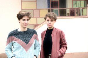 Foto von Anne Mahlow und Nana Melling vor einem Gebäude stehend.