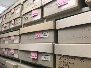 Unzählige Fundkisten lagern im Depot des Archäologischen Museums, beschriftet mit den Namen der Fundorte und Häusernamen der frühneuzeitlichen Judengasse.